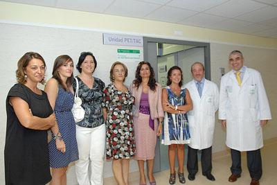La consejera de Salud junto a responsables sanitarios y familiares del doctor Latre.