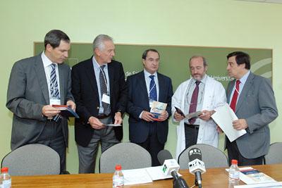 Especialistas que participan en el encuentro junto al gerente del hospital.
