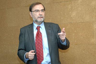 El doctor Ordovás durante su intervención en el hospital.