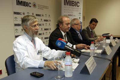 El director científico del IMIBIC, en primer plano, presenta el encuentro.