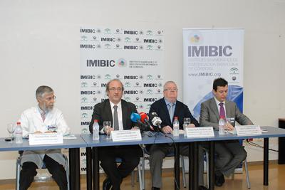 Responsables del IMIBIC, el hospital y la universidad presentan la jornada.