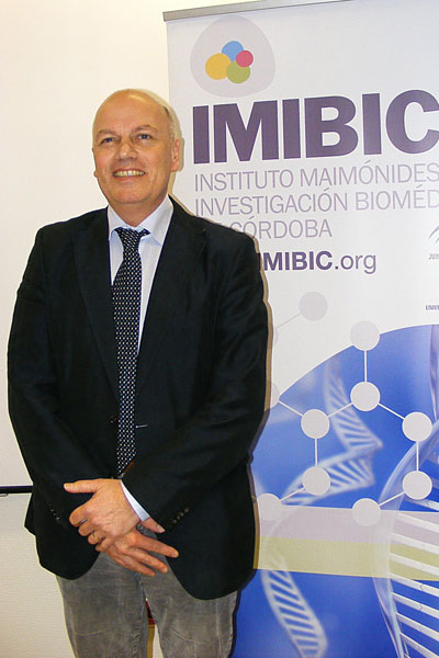 El doctor Hofland tras su intervención en el IMIBIC.