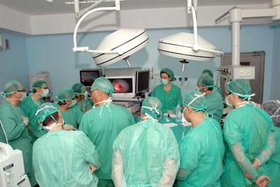 Alumnos y docentes del máster en un quirófano del Hospital