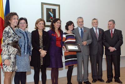 La premiada, en el centro, junto a las autoridades asistentes