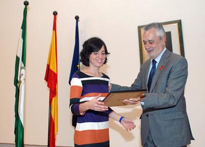 Almudena López Garrido recibe el premio de manos del presidente.