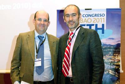 El doctor Briceño, a la izquierda, tras recibir el premio.