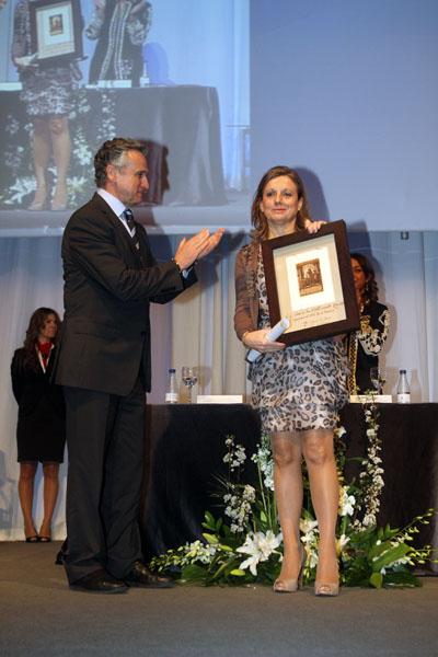 Paulino Plata entrega el reconocimiento a la Dra. Alvarez