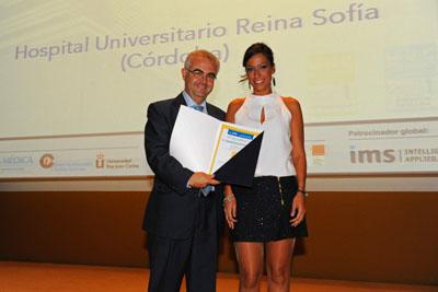 Julián de la Torre recibe el premio al mejor servicio de Infecciosos.