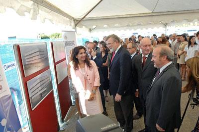 La consejera de Salud y el rector son informados de los detalles del nuevo edificio