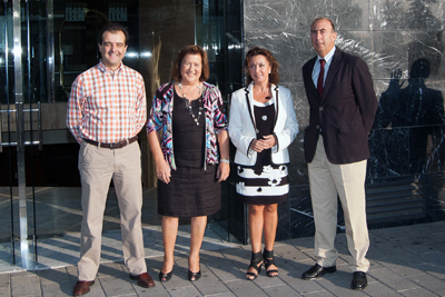 La delegada de Salud, tercera por la izquierda, con organizadores del encuentro.