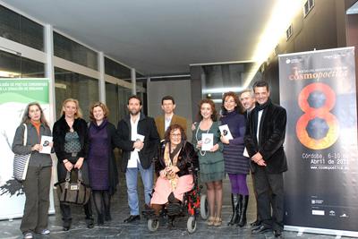 María Isabel Baena con algunos de los poetas que participan en la antología