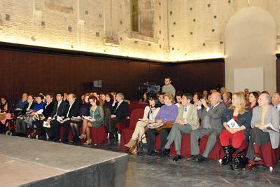 Los asistentes al recital poético y promocional de la donación.