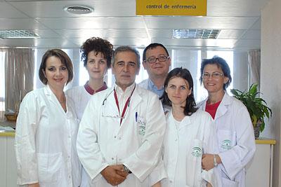 El doctor Collantes, en el centro, junto a los especialistas procedentes de Rumanía.