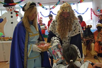 El Rey Gaspar y su paje entregan el regalo a una de las pacientes hospitalizadas