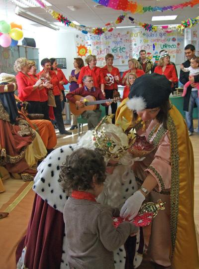 Melchor entrega su regalo a una de las niñas