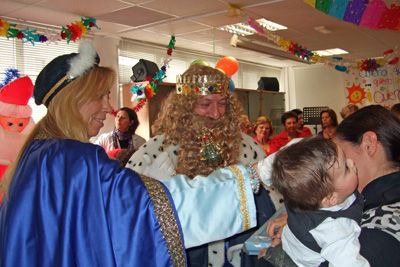 La mamá de un bebé recoge su regalo de Reyes
