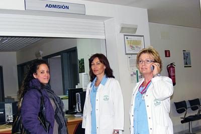 Las supervisoras Catalina Cabello y María Dolores Ortiz atienden a una paciente