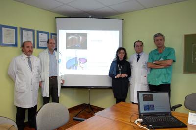 La delegada de Salud con el gerente y profesionales del hospital antes de presentar la técnica.