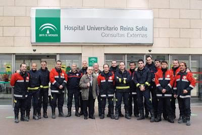 Efectivos del cuerpo de bomberos, con profesionales del hospital, durante su visita.