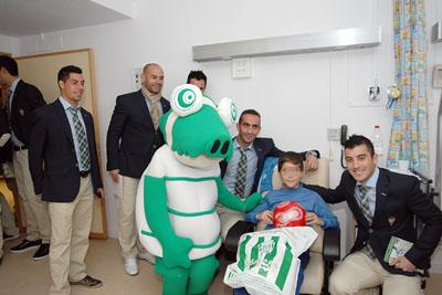Jugadores del Córdoba con uno de los niños ingresados