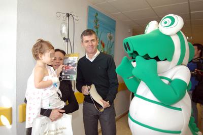 El entrenador del Córdoba CF durante la visita al hospital.