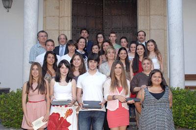 Alumnos premiados, delante, junto a autoridades y otros estudiantes que participan en el poemario