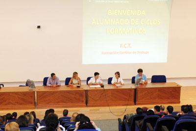 Profesionales del Hospital Reina Sofía dan la bienvenida a los alumnos de ciclos formativos en prácticas.