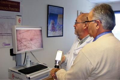 El doctor Moreno revisa las manchas en la piel de un paciente.