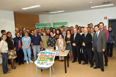 Pacientes, profesionales del hospital y responsables de Faisem con el material donado