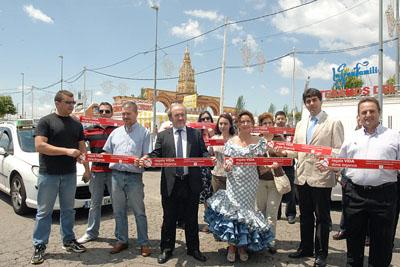 Profesionales del taxi, acompañados por responsables sanitarios, se solidarizan con la donación en la feria.