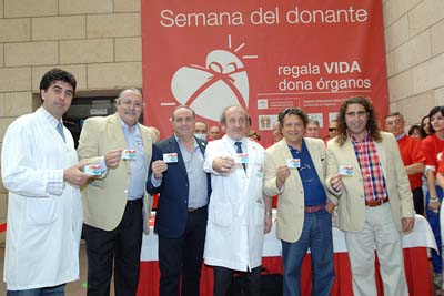 Integrantes de Cantores de Hispalis muestran su carné de donante