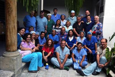 El cirujano José Gómez Barbadillo, sentado en el centro -en el suelo-, junto a profesionales de Guatemala