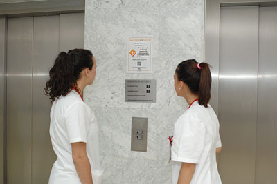 Profesionales del hospital obsevan mensaje de 'Escaleras Es Salud'