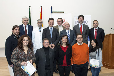 Responsables del IMIBIC con los investigadores premiados