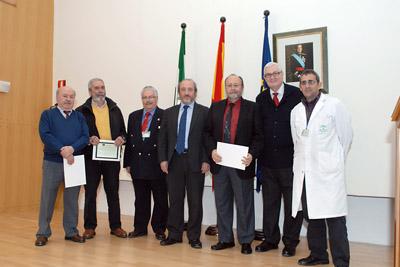 Directivos con los médicos jubilados este año