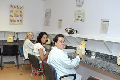 Madres se extraen la leche en el lactario del Hospital Reina Sofía
