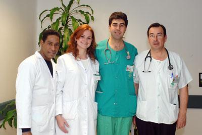 Los sanitarios dominicano y brasileña (izquierda) junto a los coordinadores de trasplantes del hospital.