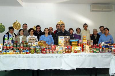 Pacientes y profesionales de Los Morales muestran los alimentos recaudados