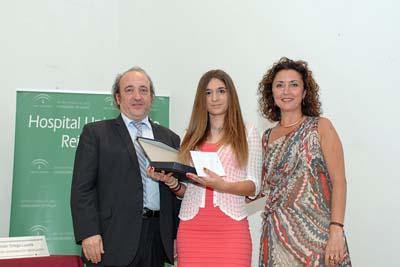 Ana Carrión, primera premiada, acompañada por el gerente y la delegada de Salud