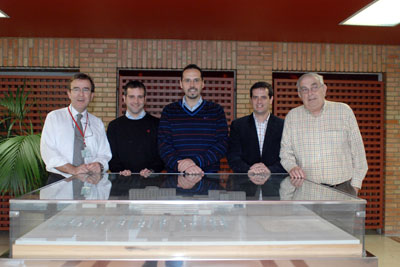 El director de Servicios Generales, a la izquierda, junto a profesionales de las unidades certificadas