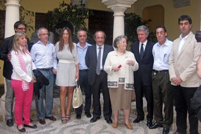 La actriz María Galiana, en el centro, junto a los organizadores del ciclo de cine-forum