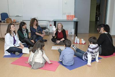 Los niños reciben las indicaciones de las educadoras.