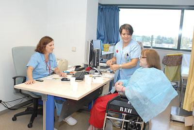 Enfermeras de nutrición realizan el test de disfagia a una paciente
