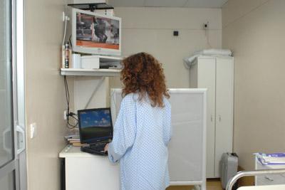 Paciente en la habitación de tratamiento metabólico