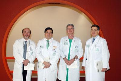 El gerente del hospital, a la izquierda, junto a