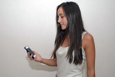 En la imagen, una usuaria del servicio de alergología consulta el SMS recibido para recordarle su cita.