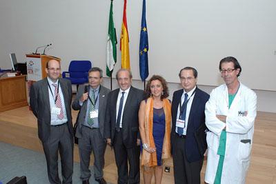 Mª Isabel Baena, delegada de Salud, juntos a los dres. Aranda y Matesanz y cirujanos del hospital.