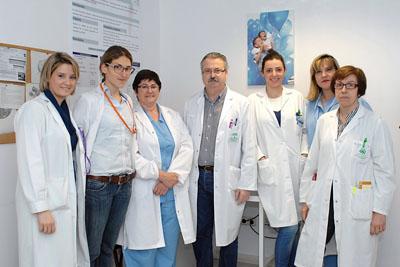 El neumólogo Bernabé Jurado, en el centro, junto a otros profesionales de la Unidad de Trastornos Respiratorios del Sueño