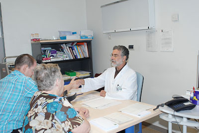 El doctor Cañadillas atiende a un paciente en su consulta