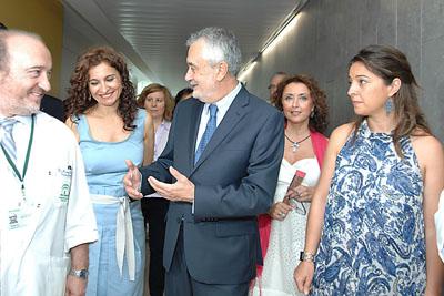El Presidente Griñan junto al Dr. Aranda, Gerente del hospital y autoridades en su visita el Centro Sanitario Carlos Castilla del Pino